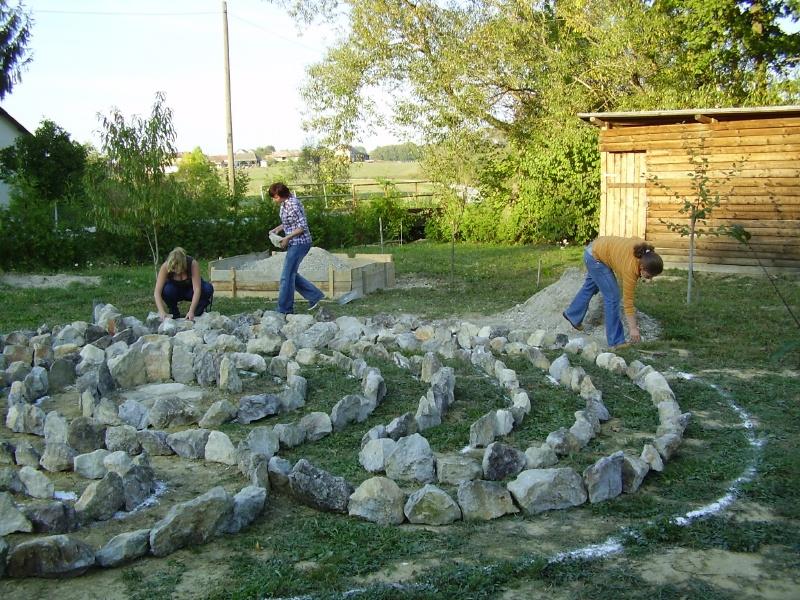 5-martina-andrea-i-iva-postavljaju-kamenje
